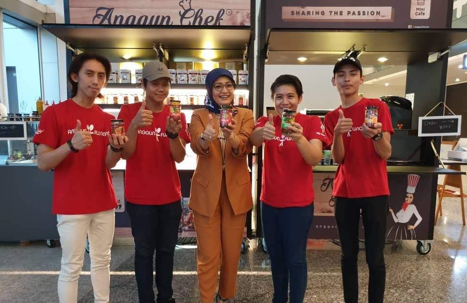 mimie and her staff at fusion food malaysia