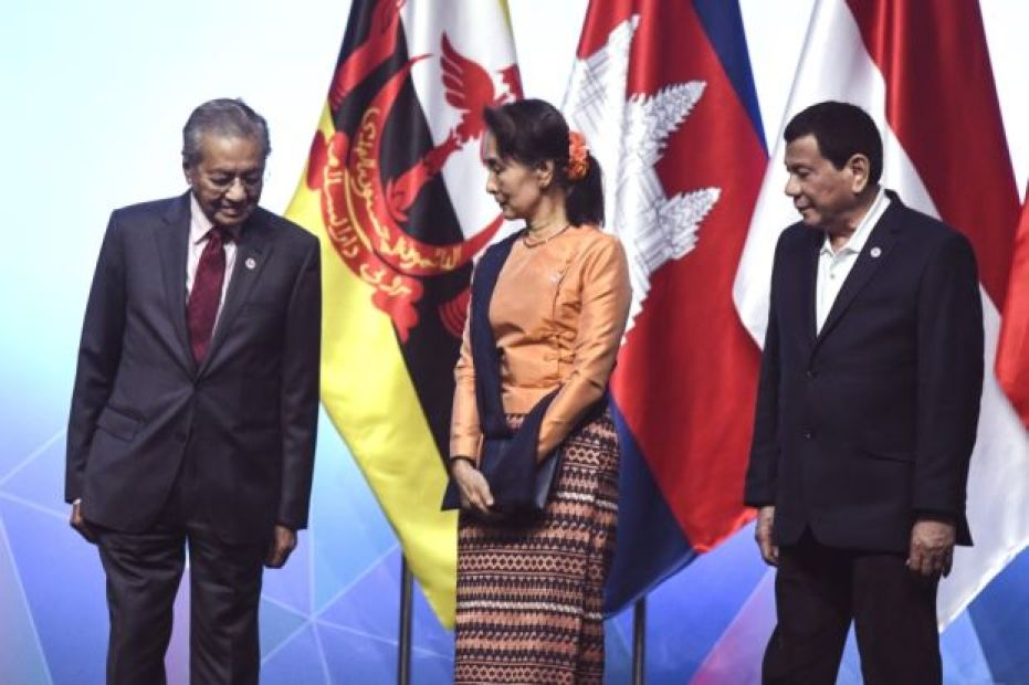 From left Dr Mahathir Suu Kyi and Philippine President Rodrigo Duterte after posing for a group photo during the 33rd ASEAN summit in Singapore on Nov 13 2018. – AFP
