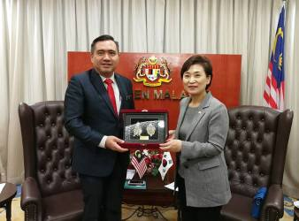 Transport Minister Loke Siew Fook today received the courtesy call by H.E. Kim Hyun mee Minister of Land Infrastructure and Transport MOLIT of Republic of Korea in Parliament Kuala Lumpur.