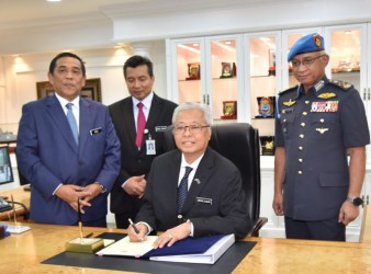 Defence Minister Dato Sri Ismail Sabri Yaakob today clocked in his office