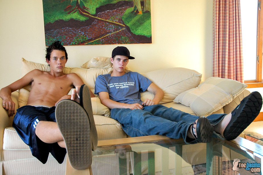 Riley Wiggins and Cain put up their feet in flip flops and slides for Toegasms - male feet