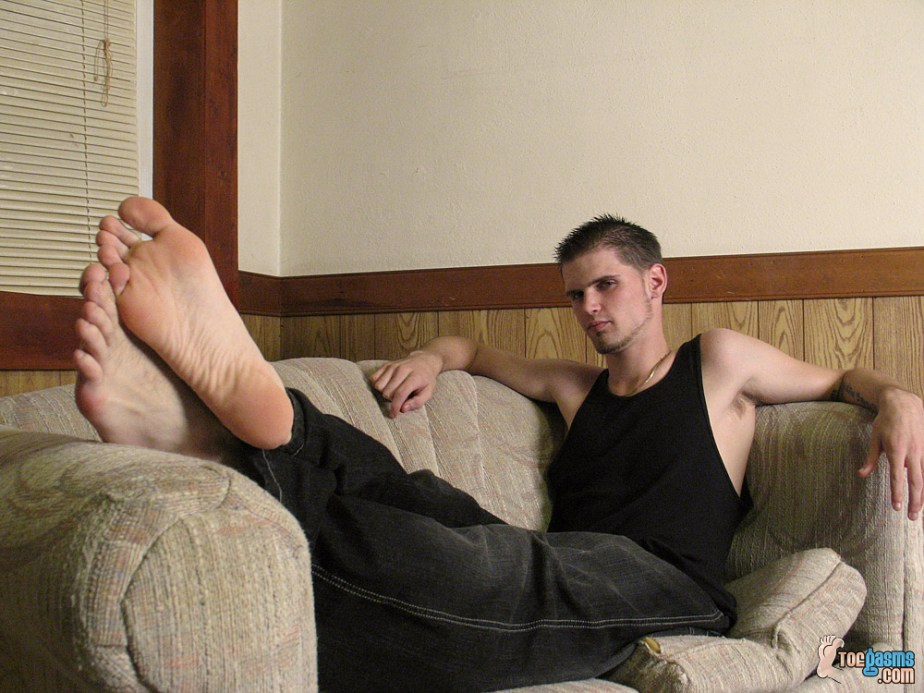 Bearded Nolan's bare male soles up for Toegasms