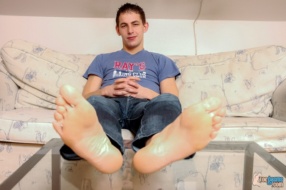 Vensa puts his bare male soles up for Toegasms - male feet