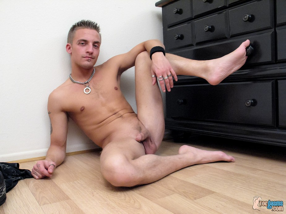 Naked Lyric shows off his cock and bare feet for Toegasms