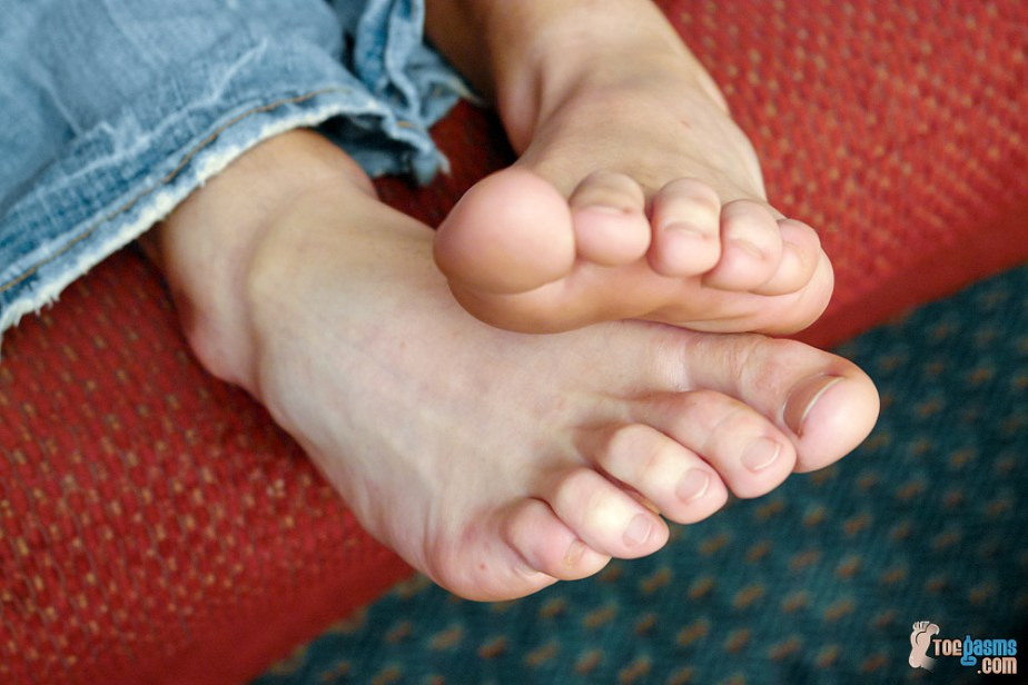 Marcus Mojo's bare male toes for Toegasms