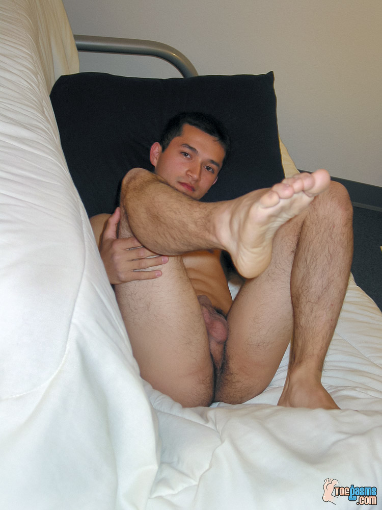 Tony shows off his male foot for Toegasms