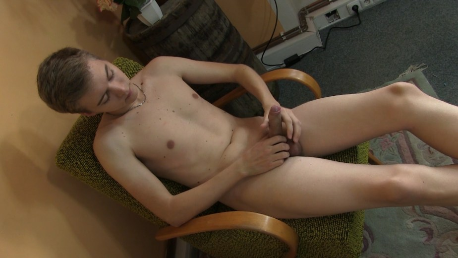Logan Lech rubs his cock for Twinky Feet