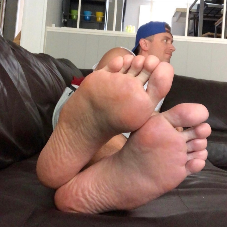Captainsole_o puts his bare soles up on the couch