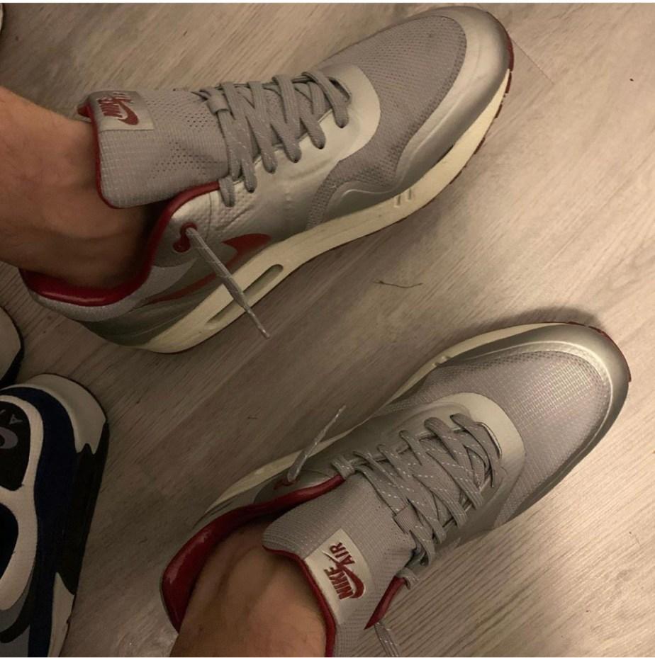 Sneakerslave91 sockless in Nike Air sneakers