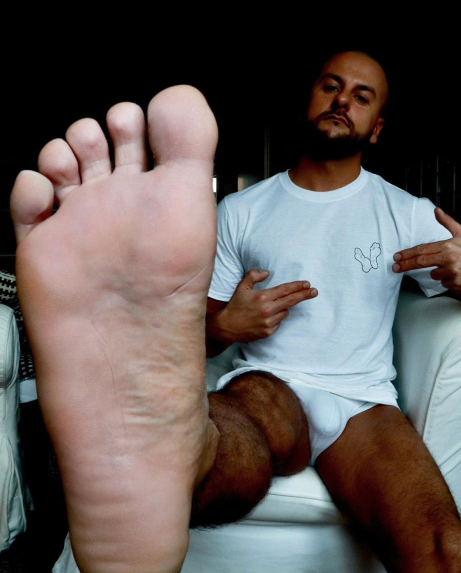 Feetbln1979 in underwear showing off his bare sole