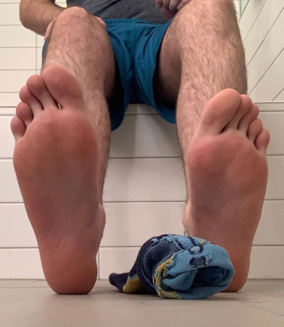 Elitesocks_tights_fetish shows off his bare soles out of Nike socks