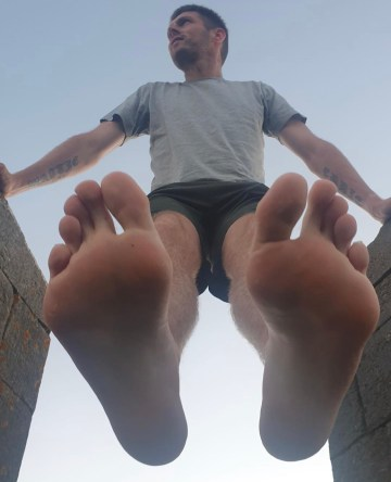 Kirk_e_wood shows off his bare soles from above