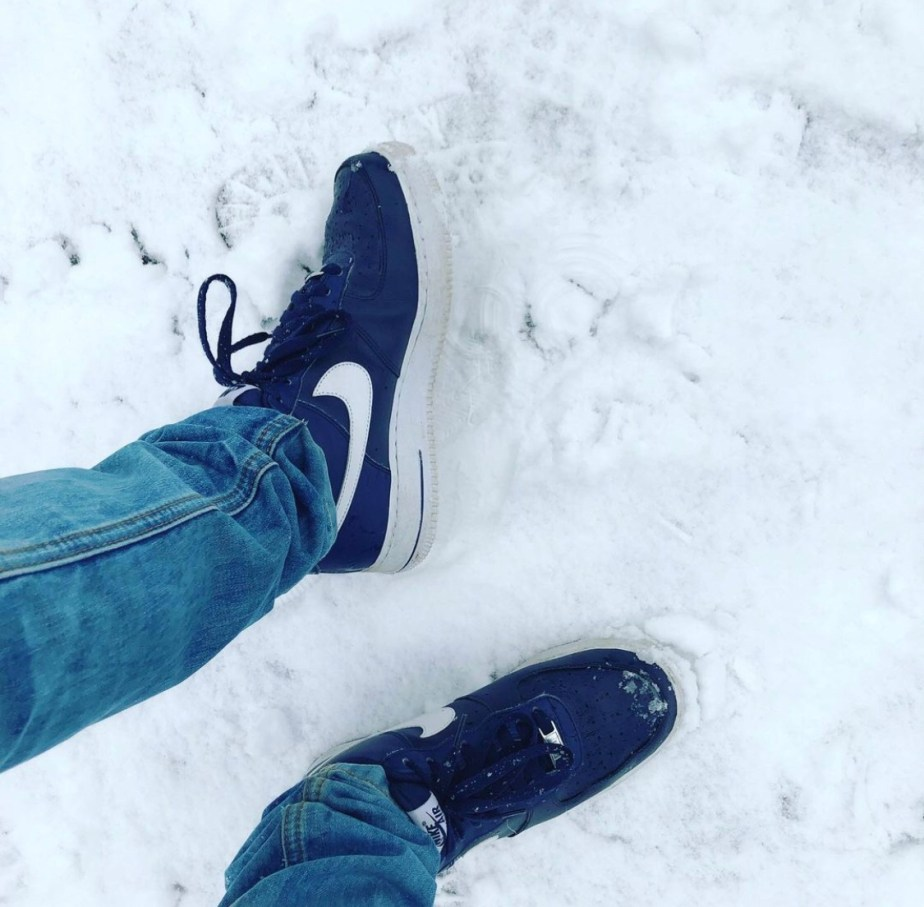 Jocksneakersocks's size 8 Nike sneakers in the snow with blue jeans