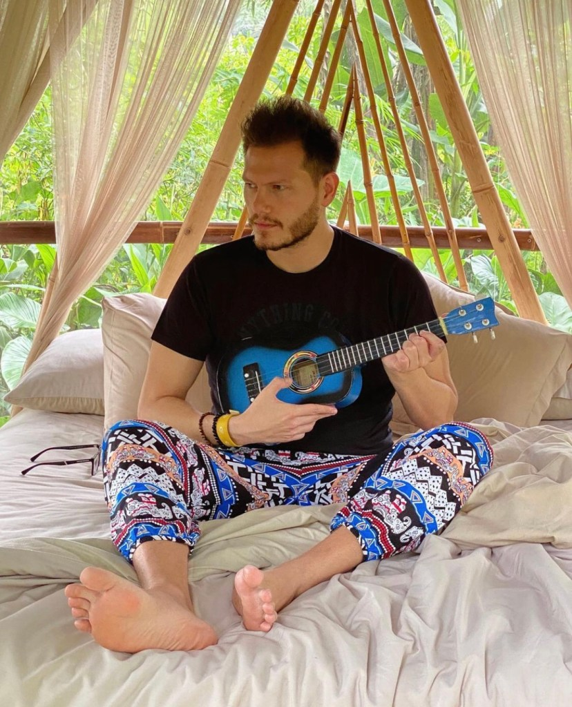 Bearded thebarefoot_traveler shows off his bare musical soles