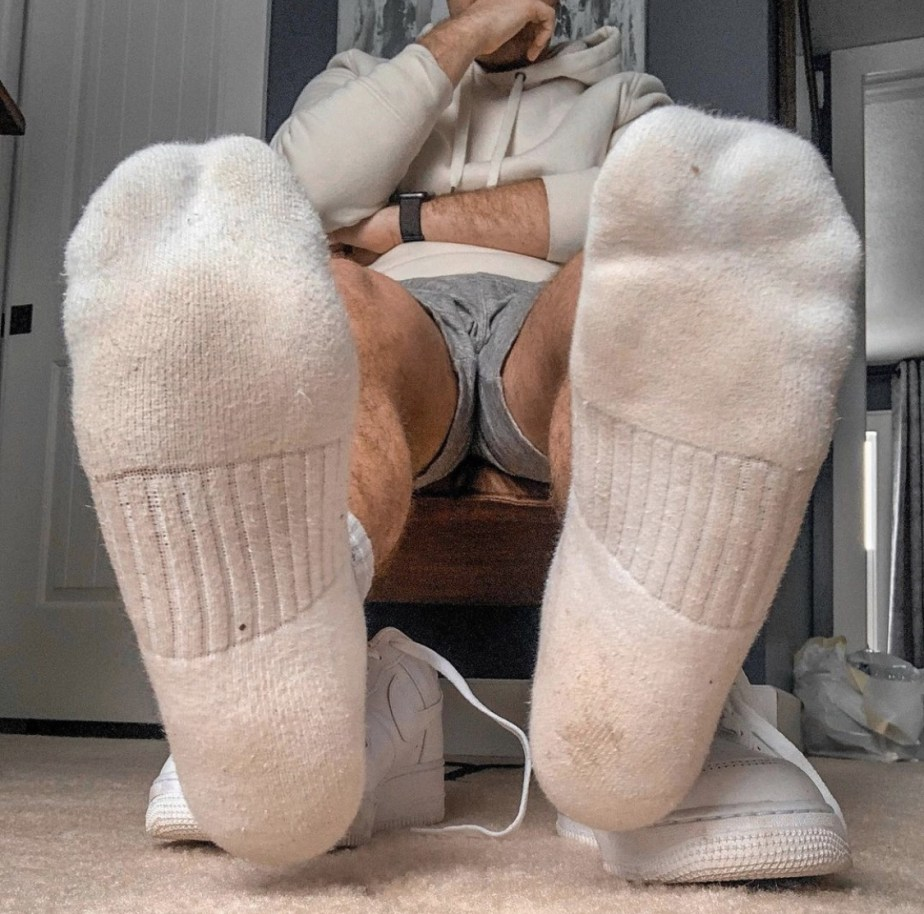 Fratbrofeet_ shows off his white Nike crew socks out of Nike sneakers