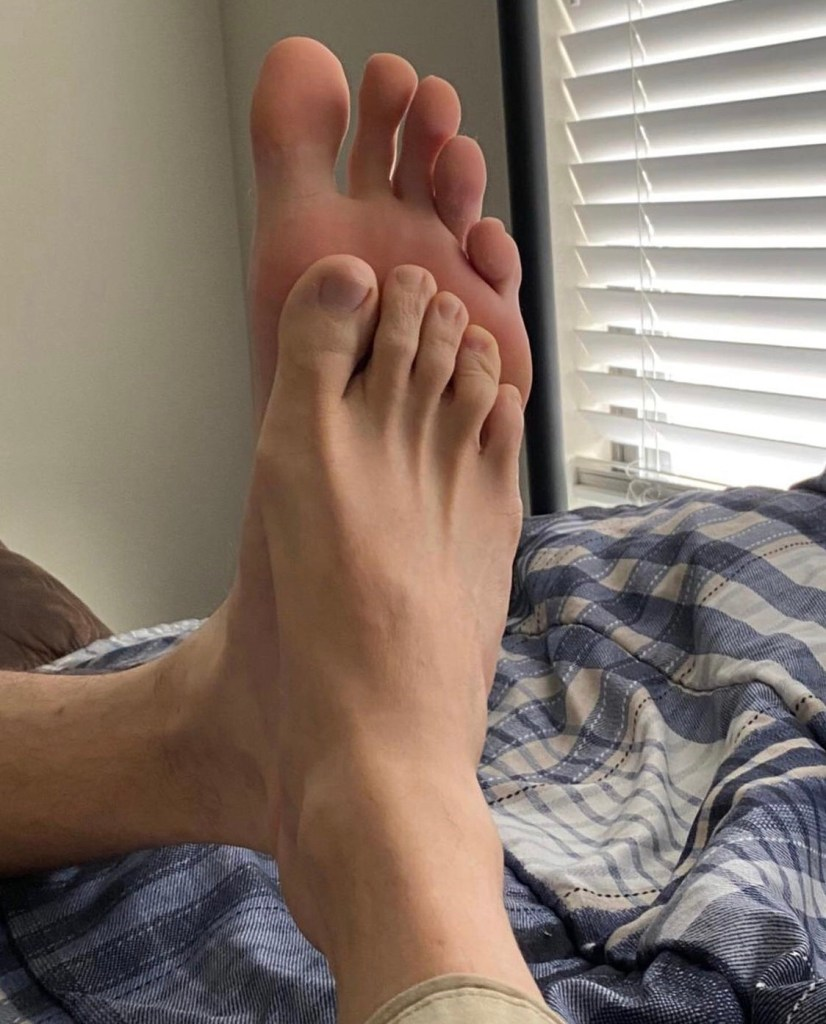 7footageofficial shows off his size 18 foot compared with a friend's