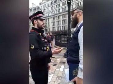 Iglesia llama a policías para arrestar a hombre que leía la Biblia frente al templo