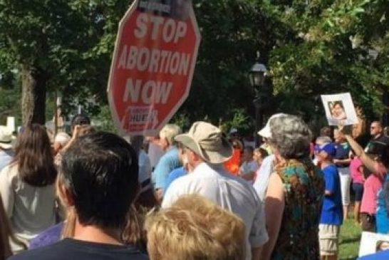 Anciano es golpeado por orar frente a clínica de aborto