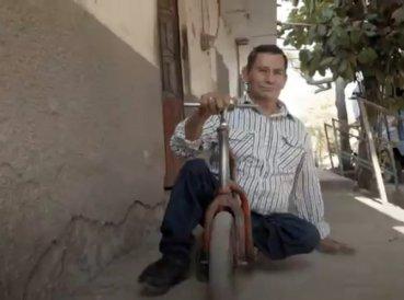 Pastor con discapacidad predica en patinete en México