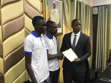 1er camp numérique du concours Malistartup : Réception des attestations des mains du ministre AMT