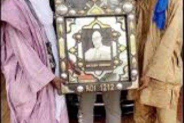 Reconnaissance : Un cadeau ''tableau symbolique'' offert à Bassidi Dembélé dit Roi 1212