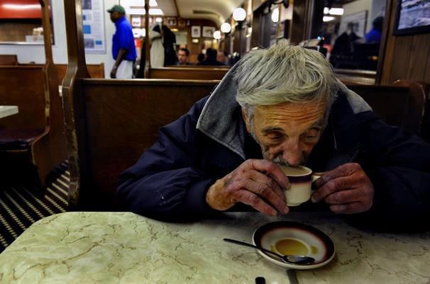 """Ova priča će vas zagrejati bolje od kafe po hladnom danu: Ulazim u mali kafić sa prijateljem i naručujem. Dok se približavamo našem stolu, ulazi dvoje ljudi i poručuje: """"Pet kafa, molim vas. Dve za nas i tri uslovne"""". Plate porudžbinu, uzmu dve kafe i odu. Pitam mog prijatelja: """"Šta su to """"uslovne kafe""""? Sledeća porudžbina je bila sedam kafa, tri za tri pravnika i četiri uslovne"""". Dok se ja još uvek se pitam šta je to """"uslovna"""" kafa, uživam u sunčanom vremenu i lepom pogledu na trg, u kafić ulazi čovek odeven u zapuštenu odeću – izgleda kao prosjak, i ljubazno pita: """"Da li imate uslovnu kafu?"""" Jednostavno je – ljudi plaćaju unapred kafu za nekoga ko ne može da priušti sebi topao napitak. Tradicija sa uslovnom kafom počela u Napulju, ali se proširila širom sveta. Na nekim mestima na ovakav način možete naručiti ne samo kafu, već i sendvič ili ceo obrok. Širimo dalje!"""