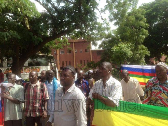 Des manifestants tenant les drapeaux malien et russe devant l'ambassade de de la Russie à Bamako