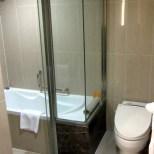 Bad; Dusche ist links neben der Wanne