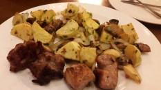 Fleisch und Kartoffeln im Samikitno