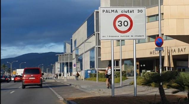 30 km/h-Schildes am Palacio de Congresos