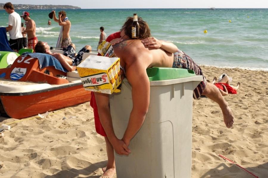 Deutsche Touristen feiern Saisoneröffnung am Ballermann