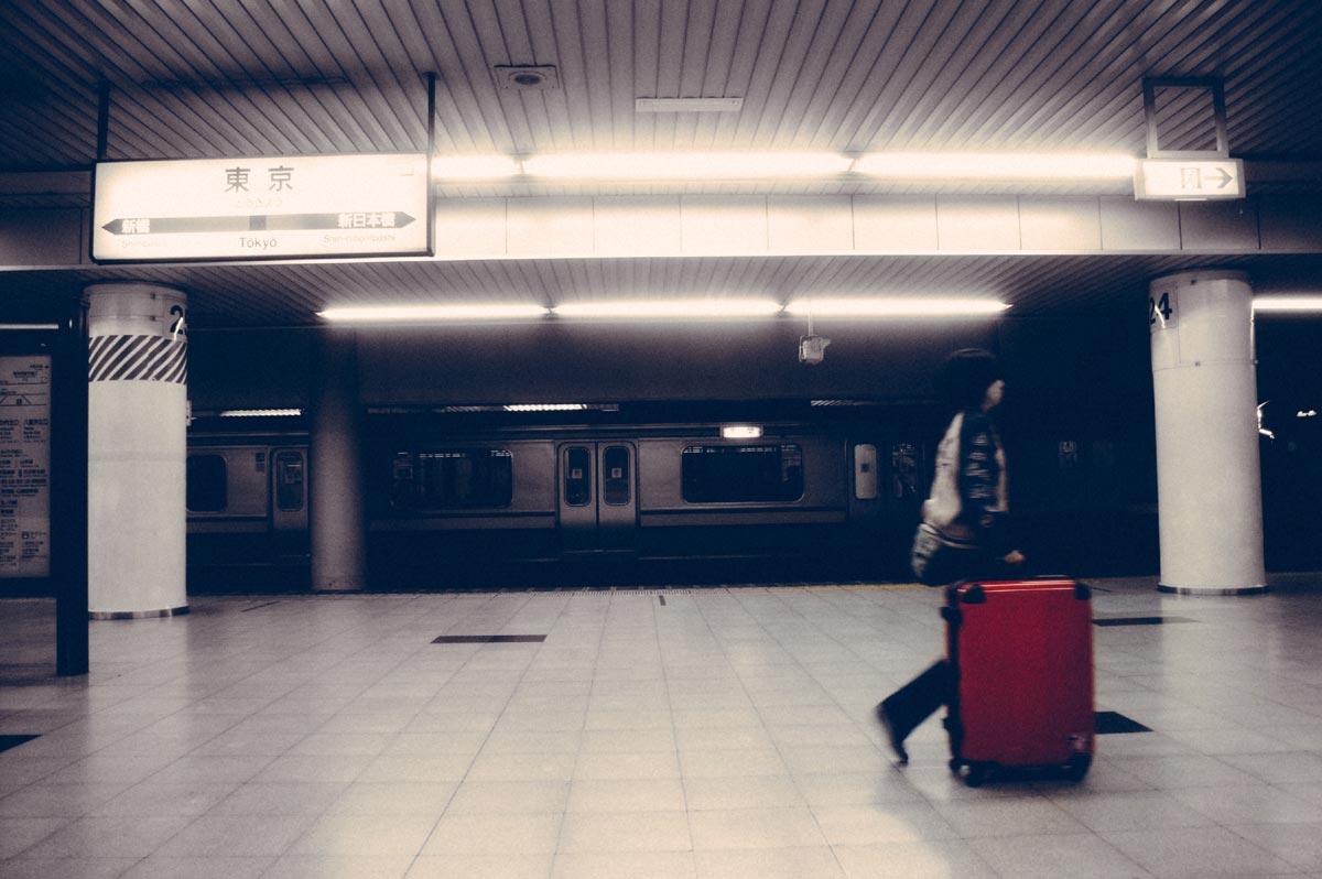 Passagier mit Trolley am Flughafen