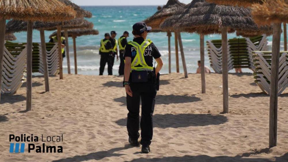 Beamte der Policia Local kontrollieren die Strände