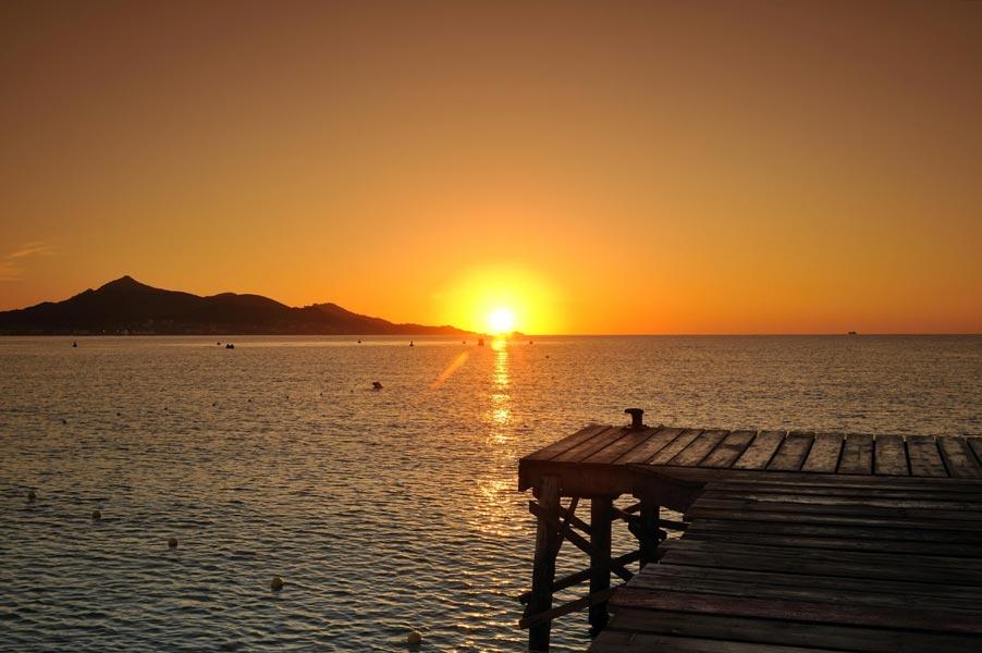 Beinah kitschig – Sonnenuntergang am Strand von Alcudia im Norden Mallorcas. © Grupotel Hotels & Resorts