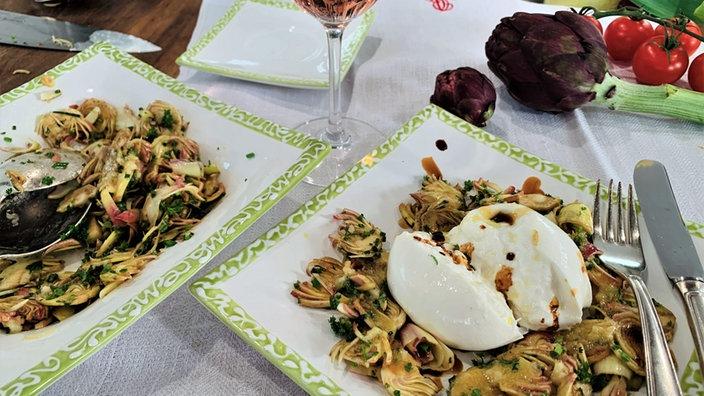 Salat aus rohen Artischocken mit Burrata