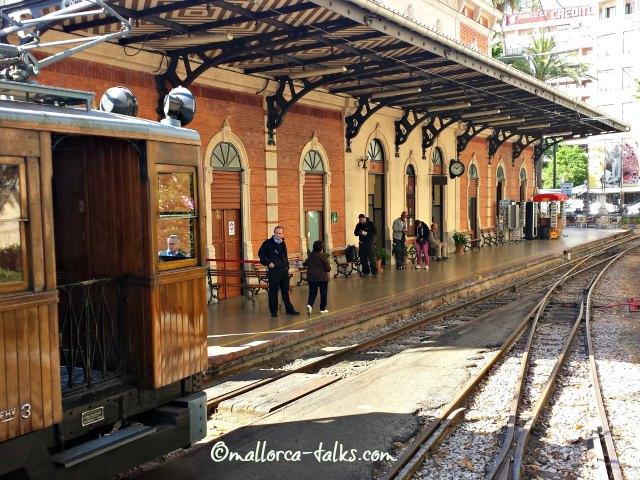 Der rote Blitz im Bahnhof von Palma