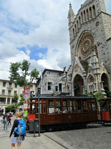 Die Tram vor der Kathedrale.
