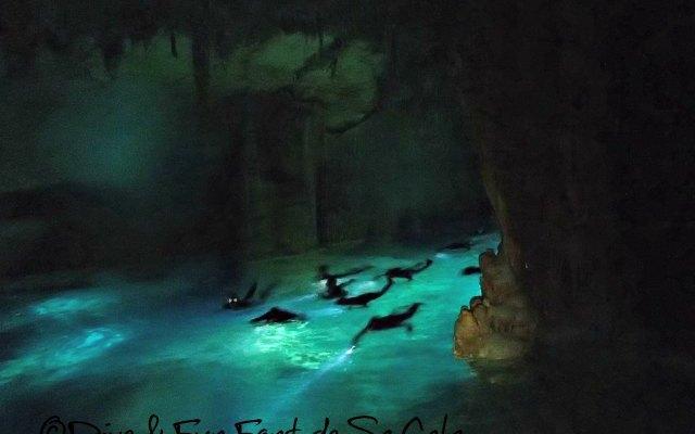 schwimmen durch eine Piratenhöhle