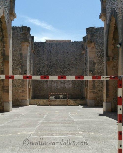 Kirche ohne Dach - ein Fußballfeld