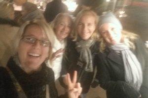 blondinen-auf-dem-weihnachtsmarkt