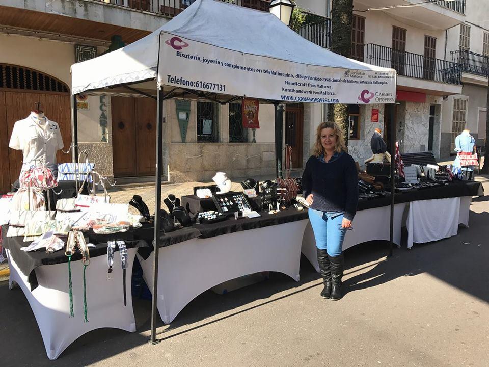 Carmen mit ihren Produkten auf einer Feria in Mallorca