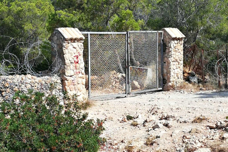 Verschlossene Tore am Militärgelände von El Toro