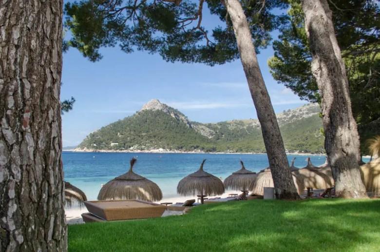 Strand Platja de Formentor mit Blick auf Wehrturm Talaia d'Albercutx