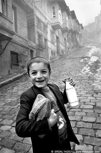"""Ara Güler'e ait sanılan, Erdal Yazıcı'nın 1989 yılında çektiği """"Balat'ta Sabah"""" adlı fotoğrafı"""