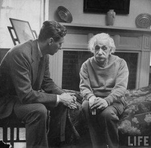 Albert Einstein ve Terapisti Sanılan Cord Meyer Jr.'ı Bir Arada Gösteren Fotoğraf