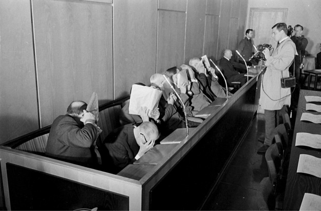 Hitlerin hakim ve savcılarına ait olduğu sanılan Trebklinka yargılamalarındaki SS görevlilerine ait fotoğraf