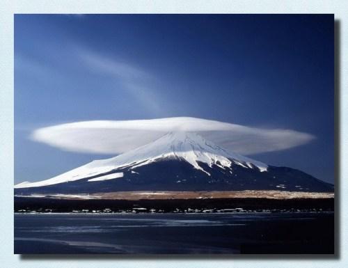 Üzerinde bulutla birlikte Fuji Dağı'nın fotoğrafının orijinali