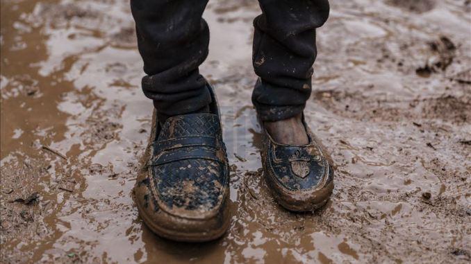 İdlib'te ölen anne ve babasının ayakkabılarını giyen bir çocuğa ait sanılan fotoğraf (Kaynak: AA)
