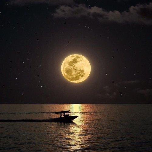 montajlanmış ay fotoğrafı