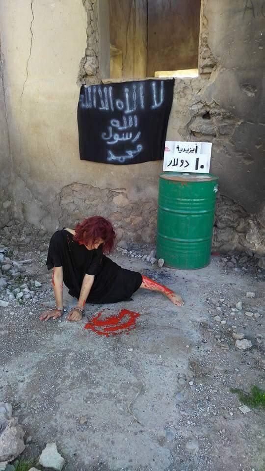 Nadia Bashar adlı aktivistin IŞİD tarafından satılan Yezidi kadınlara dikkat çekmek amacıyla gerçekleştirdiği performanstan bir kare